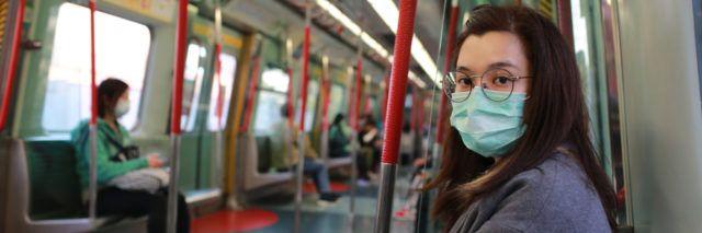 Femme portant un masque dans le métro